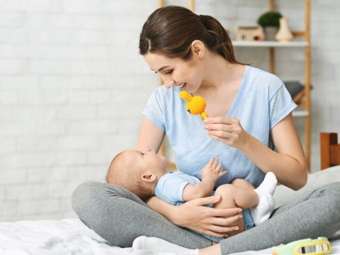 mother-playing-with-her-infant-child-using-develop-ZL32ME2